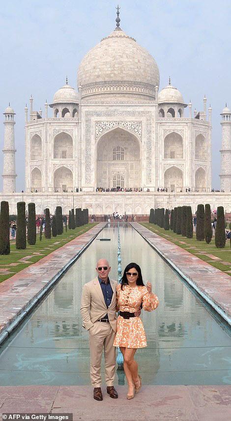 """Tỷ phú Amazon cùng bạn gái chụp ảnh tình tứ trước ngôi đền tình yêu nổi tiếng, """"kẻ thứ 3"""" bị dân mạng ném đá vì chi tiết kém sang này - Ảnh 2."""