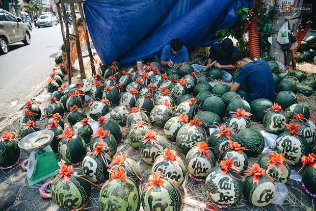 Anh thợ điêu khắc gỗ kiếm hàng triệu đồng mỗi ngày nhờ khắc dưa hấu bán dịp Tết ở Sài Gòn  - Ảnh 1.