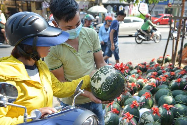 Anh thợ điêu khắc gỗ kiếm hàng triệu đồng mỗi ngày nhờ khắc dưa hấu bán dịp Tết ở Sài Gòn  - Ảnh 3.