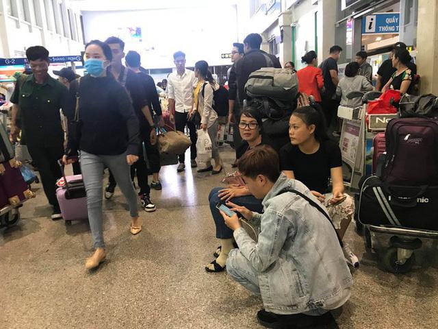 Vạn người vật vờ ở sân bay Tân Sơn Nhất ngày 28 tết  - Ảnh 6.