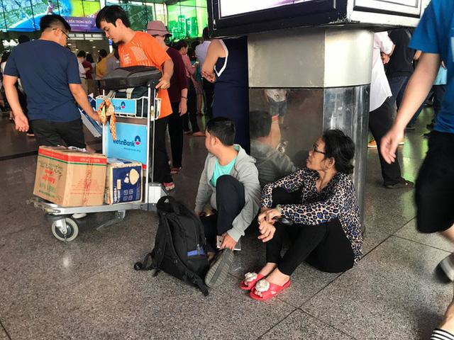 Vạn người vật vờ ở sân bay Tân Sơn Nhất ngày 28 tết  - Ảnh 7.