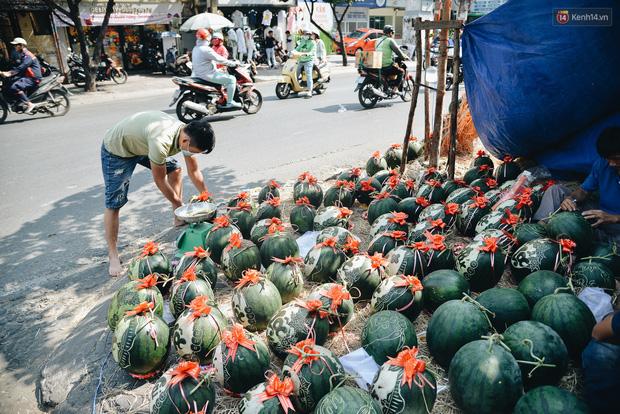 Anh thợ điêu khắc gỗ kiếm hàng triệu đồng mỗi ngày nhờ khắc dưa hấu bán dịp Tết ở Sài Gòn  - Ảnh 6.