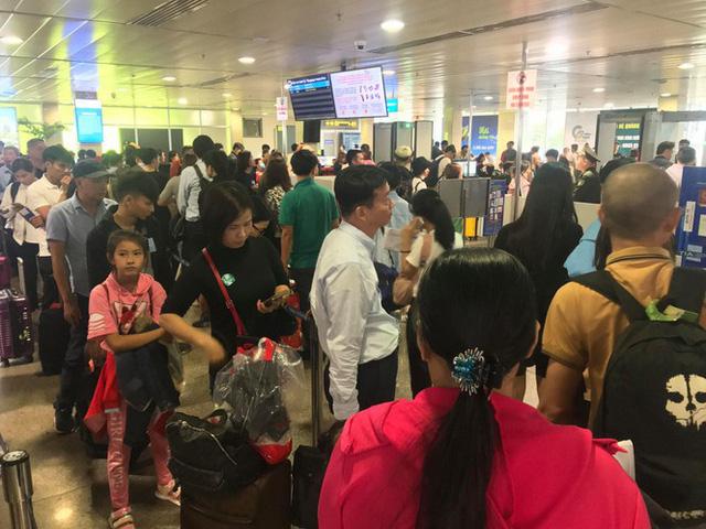 Vạn người vật vờ ở sân bay Tân Sơn Nhất ngày 28 tết  - Ảnh 10.