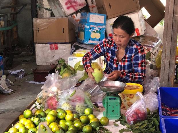 Chợ ế toàn tập, người bán trái cây, thịt heo khóc ròng - Ảnh 1.