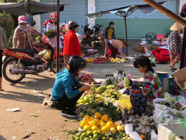 Chợ ế toàn tập, người bán trái cây, thịt heo khóc ròng - Ảnh 2.