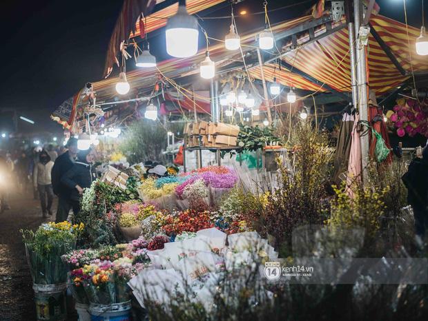 Sáng sớm cuối năm ở chợ hoa hot nhất Hà Nội: người qua kẻ lại tấp nập suốt cả đêm, nhiều bạn trẻ cũng lặn lội dậy sớm đi mua hoa - Ảnh 16.
