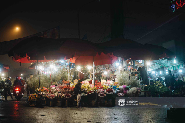Sáng sớm cuối năm ở chợ hoa hot nhất Hà Nội: người qua kẻ lại tấp nập suốt cả đêm, nhiều bạn trẻ cũng lặn lội dậy sớm đi mua hoa - Ảnh 17.