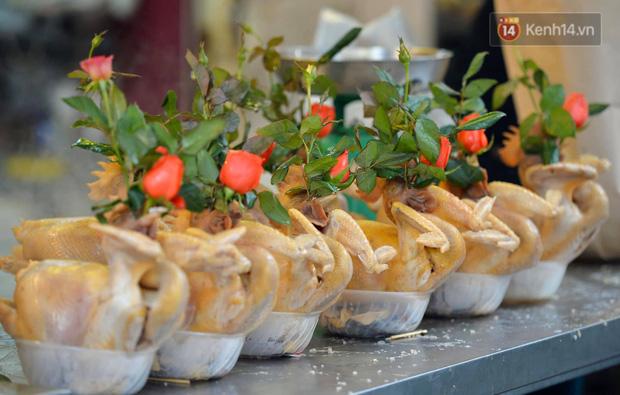 Người dân Hà Nội chen chúc mua gà luộc xôi gấc giá gần 1 triệu để cúng giao thừa, người bán sắp lễ không ngớt tay - Ảnh 1.