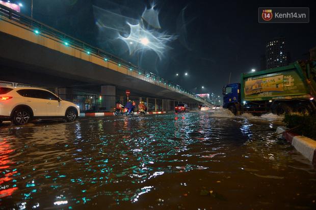 Lâu lắm rồi Hà Nội mới đón giao thừa trong tiết trời xấu thậm tệ, mưa xối xả cả ngày khiến đường ngập như sông - Ảnh 1.