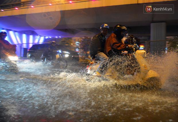 Lâu lắm rồi Hà Nội mới đón giao thừa trong tiết trời xấu thậm tệ, mưa xối xả cả ngày khiến đường ngập như sông - Ảnh 2.