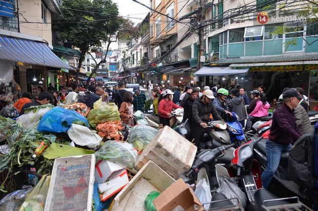 Người dân Hà Nội chen chúc mua gà luộc xôi gấc giá gần 1 triệu để cúng giao thừa, người bán sắp lễ không ngớt tay - Ảnh 14.