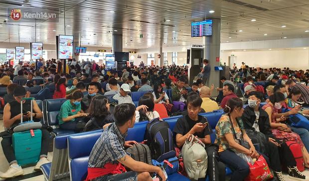 Nỗi ám ảnh chiều 30 Tết ở sân bay Tân Sơn Nhất: Nhiều chuyến bay delay, hàng ngàn người nằm vật vờ chờ đợi - Ảnh 15.