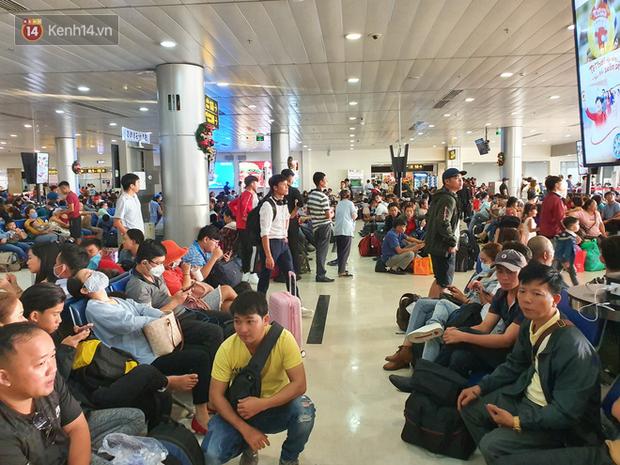 Nỗi ám ảnh chiều 30 Tết ở sân bay Tân Sơn Nhất: Nhiều chuyến bay delay, hàng ngàn người nằm vật vờ chờ đợi - Ảnh 18.