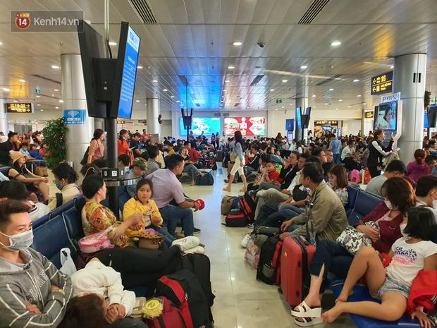 Nỗi ám ảnh chiều 30 Tết ở sân bay Tân Sơn Nhất: Nhiều chuyến bay delay, hàng ngàn người nằm vật vờ chờ đợi - Ảnh 19.