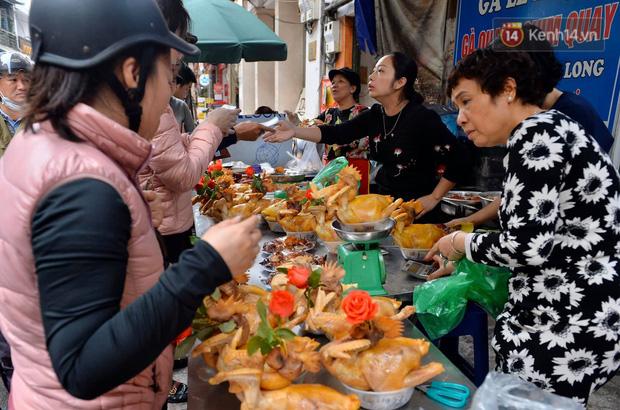 Người dân Hà Nội chen chúc mua gà luộc xôi gấc giá gần 1 triệu để cúng giao thừa, người bán sắp lễ không ngớt tay - Ảnh 4.