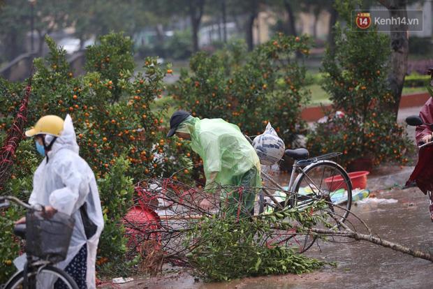 Hà Nội: Mưa gió chiều 30 Tết lại bị ép giá, người buôn đào quất quyết vặt trụi hoa quả và bỏ lại núi rác - Ảnh 4.