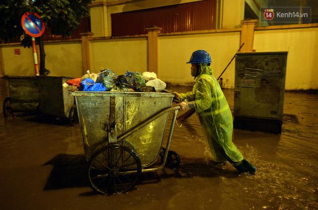 Lâu lắm rồi Hà Nội mới đón giao thừa trong tiết trời xấu thậm tệ, mưa xối xả cả ngày khiến đường ngập như sông - Ảnh 5.