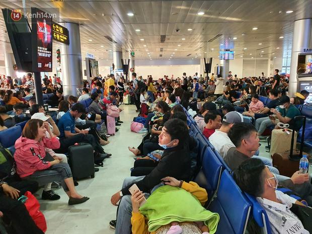 Nỗi ám ảnh chiều 30 Tết ở sân bay Tân Sơn Nhất: Nhiều chuyến bay delay, hàng ngàn người nằm vật vờ chờ đợi - Ảnh 6.