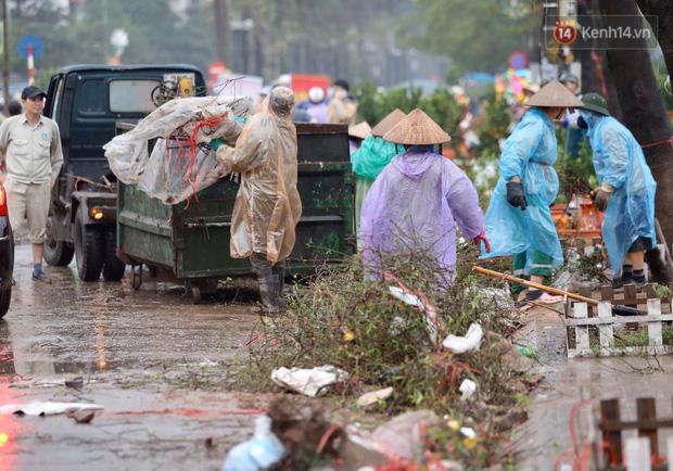 Hà Nội: Mưa gió chiều 30 Tết lại bị ép giá, người buôn đào quất quyết vặt trụi hoa quả và bỏ lại núi rác - Ảnh 7.