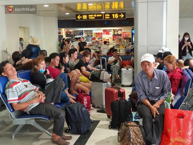 Nỗi ám ảnh chiều 30 Tết ở sân bay Tân Sơn Nhất: Nhiều chuyến bay delay, hàng ngàn người nằm vật vờ chờ đợi - Ảnh 9.
