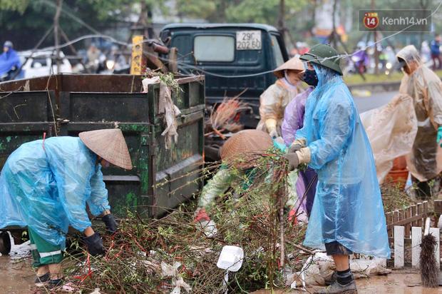 Hà Nội: Mưa gió chiều 30 Tết lại bị ép giá, người buôn đào quất quyết vặt trụi hoa quả và bỏ lại núi rác - Ảnh 9.