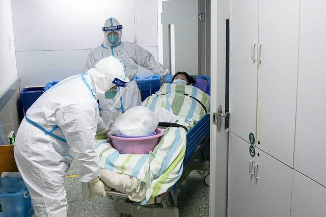 Loạt ảnh vỡ trận trong bệnh viện Vũ Hán: Xác chết la liệt, người dân chen lấn đòi điều trị y tế, bác sĩ mặc bỉm cả ngày vì không thể đi vệ sinh  - Ảnh 2.