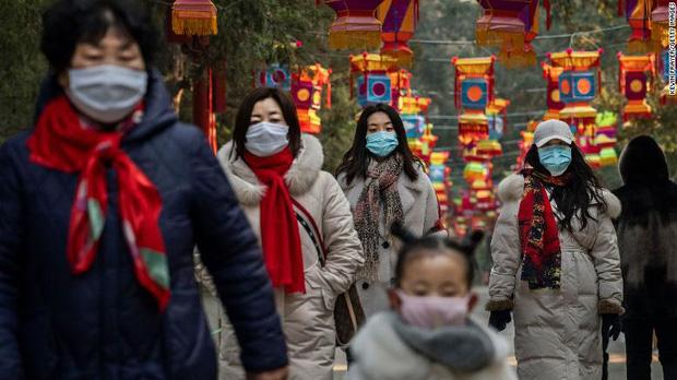 Lại thêm người chết vì virus Vũ Hán: 56 người thiệt mạng, gần 2000 ca nhiễm bệnh, đồ bảo hộ cho bác sĩ thiếu hụt trầm trọng - Ảnh 2.