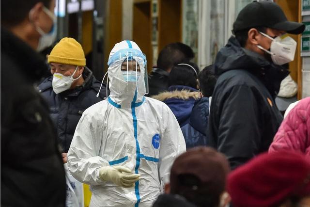 Sự thật cay đắng sau cái chết của một bác sĩ Vũ Hán: Đội ngũ y tế bị xé áo bảo hộ, bị lăng mạ cùng sự bất lực không biết tỏ cùng ai - Ảnh 2.