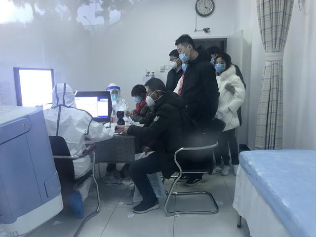 Loạt ảnh vỡ trận trong bệnh viện Vũ Hán: Xác chết la liệt, người dân chen lấn đòi điều trị y tế, bác sĩ mặc bỉm cả ngày vì không thể đi vệ sinh  - Ảnh 6.