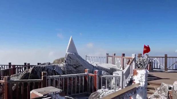 Lạnh âm độ C, đỉnh Fansipan băng tuyết phủ khắp nơi như mùa đông châu Âu ngày mùng 3 Tết - Ảnh 4.