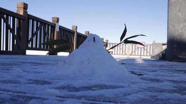 Lạnh âm độ C, đỉnh Fansipan băng tuyết phủ khắp nơi như mùa đông châu Âu ngày mùng 3 Tết - Ảnh 5.
