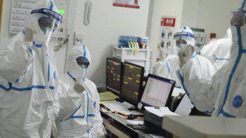 Loạt ảnh và clip cho thấy sự nhọc nhằn của bác sĩ ở Vũ Hán: Ăn Tết trong bệnh viện, bật khóc vì áp lực và thậm chí hy sinh cả tính mạng - Ảnh 7.