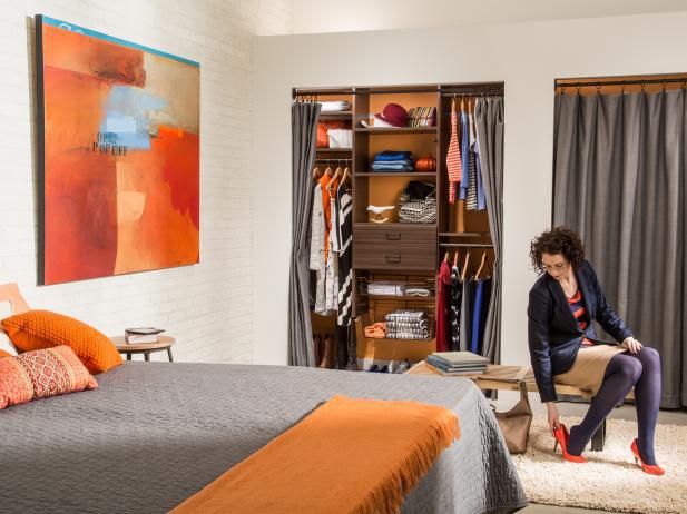 8 ý tưởng tiết kiệm khi bạn không có nơi nào để đặt hay mua một chiếc tủ quần áo - Ảnh 2.