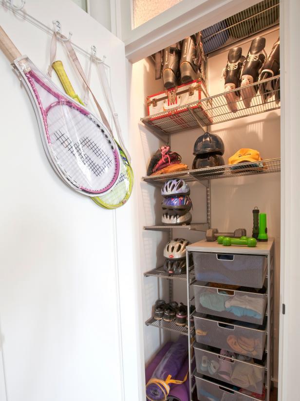 8 ý tưởng tiết kiệm khi bạn không có nơi nào để đặt hay mua một chiếc tủ quần áo - Ảnh 3.