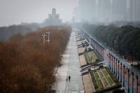 Hình ảnh đáng sợ về các thành phố ma ở Trung Quốc cho thấy quy mô chưa từng có của việc cách li 60 triệu dân vì virus corona - Ảnh 1.