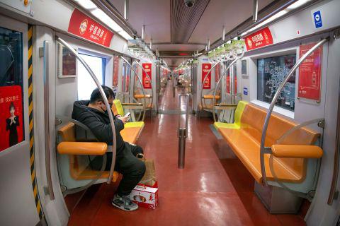 Hình ảnh đáng sợ về các thành phố ma ở Trung Quốc cho thấy quy mô chưa từng có của việc cách li 60 triệu dân vì virus corona - Ảnh 14.