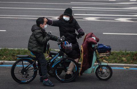 Hình ảnh đáng sợ về các thành phố ma ở Trung Quốc cho thấy quy mô chưa từng có của việc cách li 60 triệu dân vì virus corona - Ảnh 4.