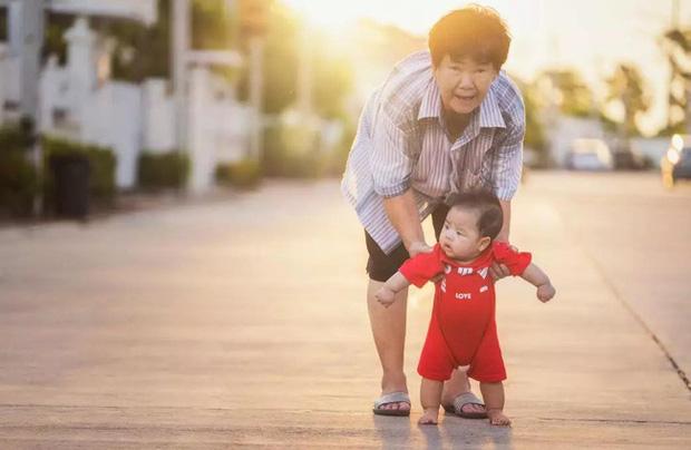 Chuyện về ông bà Trung Quốc chăm cháu như con mọn: Không những bị hành hạ về thể xác mà còn đau khổ về tinh thần - Ảnh 2.