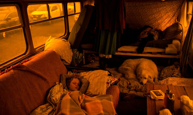 """Hành trình trốn chạy của gia đình Úc khỏi cháy rừng: Rời bỏ thị trấn """"Địa đàng"""", gói ghém đồ đạc lên xe và thuyền lang thang vô định - Ảnh 1."""