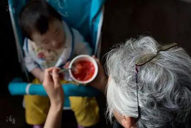 Chuyện về ông bà Trung Quốc chăm cháu như con mọn: Không những bị hành hạ về thể xác mà còn đau khổ về tinh thần - Ảnh 4.