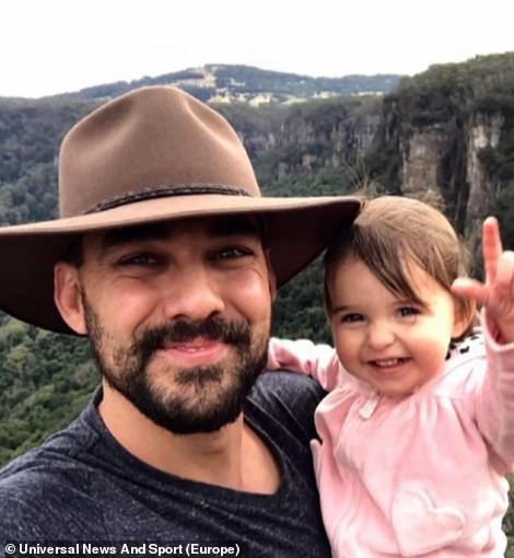 Cha là lính cứu hỏa hi sinh khi chữa cháy rừng ở Úc, con gái nhỏ không hay biết vẫn nô đùa bên linh cữu khiến ai cũng xót xa - Ảnh 1.