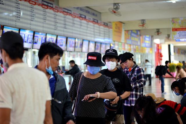 Bác sĩ BV Chợ Rẫy giải đáp về Virus corona: Lây nhiễm theo cơ chế nào? Qua đường không khí hay đường ăn uống? Vì sao gia đình 3 người Trung Quốc cùng sang Việt Nam mà chỉ 2 cha con nhiễm, còn người mẹ thì không? - Ảnh 1.