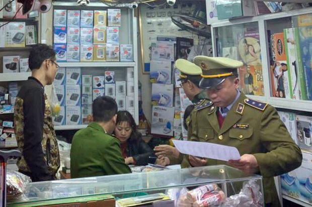 Hà Nội: Xử phạt gần 60 triệu đồng, tịch thu toàn bộ số tiền thu lợi bất chính đối với 2 cửa hàng tăng giá khẩu trang - Ảnh 1.