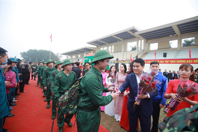 Hàng ngàn thanh niên Thủ đô đeo khẩu trang, đo thân nhiệt trước khi lên đường nhập ngũ - Ảnh 2.