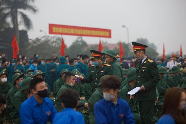 Hàng ngàn thanh niên Thủ đô đeo khẩu trang, đo thân nhiệt trước khi lên đường nhập ngũ - Ảnh 4.