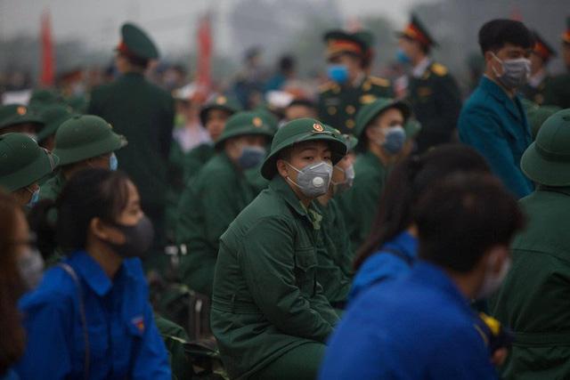 Hàng ngàn thanh niên Thủ đô đeo khẩu trang, đo thân nhiệt trước khi lên đường nhập ngũ - Ảnh 7.