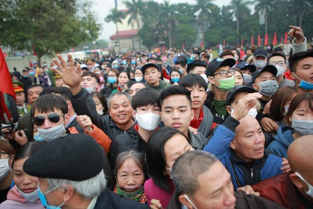 Hàng ngàn thanh niên Thủ đô đeo khẩu trang, đo thân nhiệt trước khi lên đường nhập ngũ - Ảnh 8.