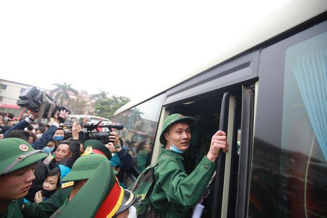 Hàng ngàn thanh niên Thủ đô đeo khẩu trang, đo thân nhiệt trước khi lên đường nhập ngũ - Ảnh 9.