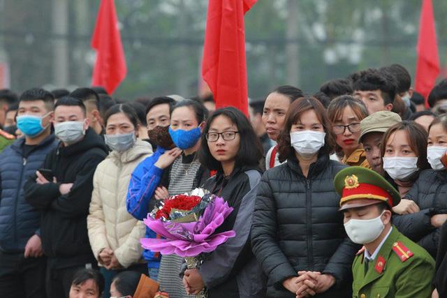 Hàng ngàn thanh niên Thủ đô đeo khẩu trang, đo thân nhiệt trước khi lên đường nhập ngũ - Ảnh 10.