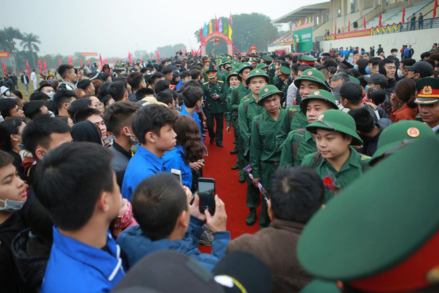 Hàng ngàn thanh niên Thủ đô đeo khẩu trang, đo thân nhiệt trước khi lên đường nhập ngũ - Ảnh 11.